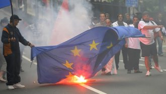 EU-flag-burning-in-Greece (1).jpg